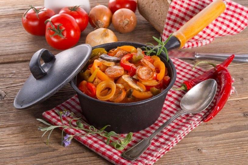 Pikantna kolacja pomoże w walce z przeziębieniem /123RF/PICSEL