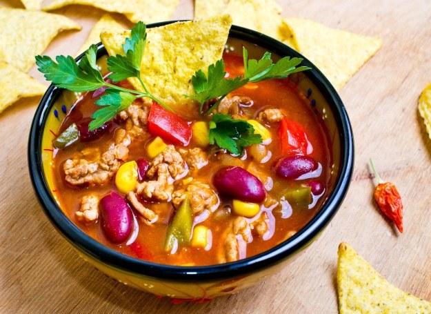 Pikantna zupa jest świetną propozycją na chłodne, jesienne wieczory /123RF/PICSEL