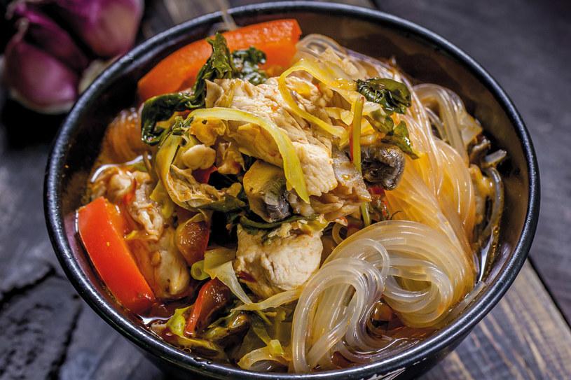 Pikantna zupa na bazie sosu suki (su ki nam) /materiały prasowe