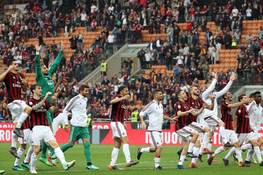 Pikarze AC Milan. Zdjęcie ilustracyjne /MATTEO BAZZI    /PAP/EPA
