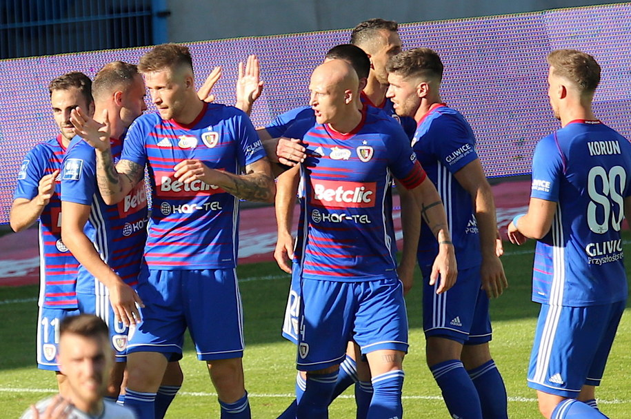 Pikarze Piasta Gliwice cieszą się z gola Piotra Parzyszka / Andrzej Grygiel    /PAP