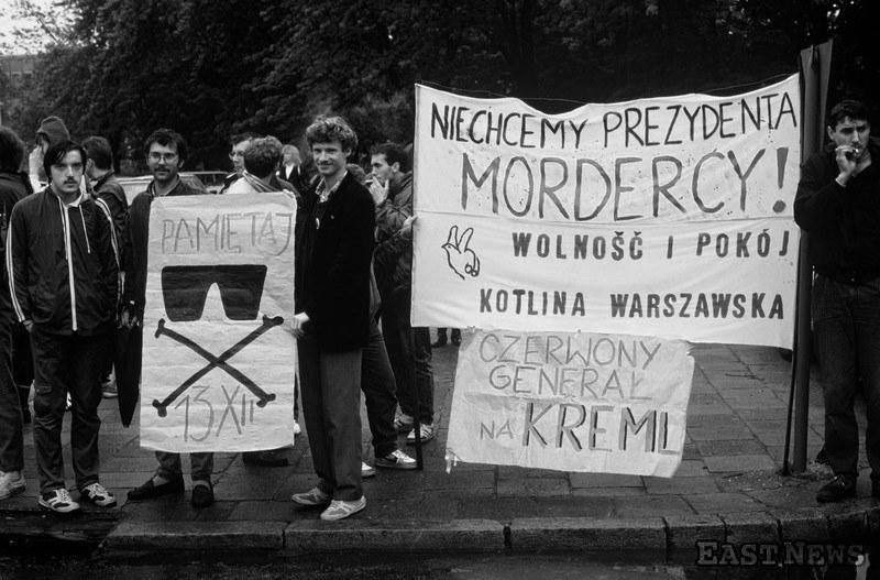 Pikieta pod sejmem przeciwko wyborowi generała Wojciecha Jaruzelskiego na prezydenta PRL - 19 lipca 1989 r. /Wojtek Laski /East News