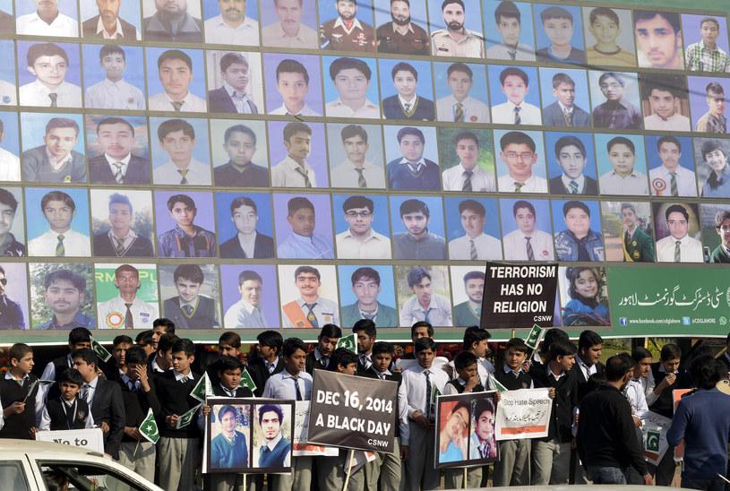 Pikieta pod zdjęciami ofiar zamachu w szkole /AFP