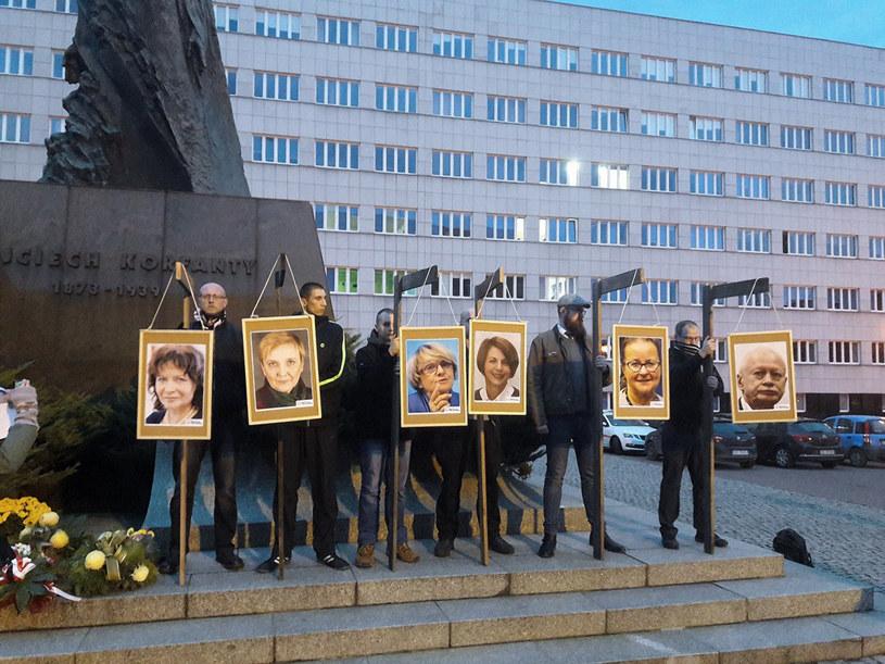 Pikieta Ruchu Narodowego i innych organizacji prawicowych podczas której powieszono na szubienicach portrety europosłów PO /Katowice24.info  /Agencja FORUM