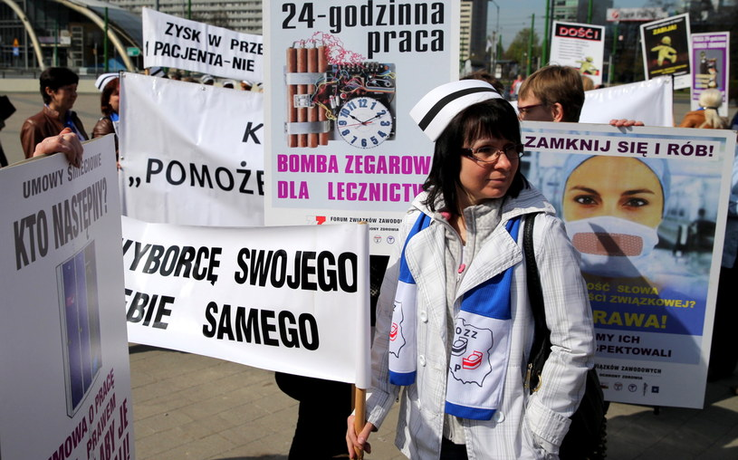 Pikieta, w ramach akcji protestacyjnych inicjowanych przez Ogólnopolski Związek Zawodowy Pielęgniarek i Położnych, ma zwrócić uwagę na problemy, z jakimi zmaga się ta grupa zawodowa /Andrzej Grygiel /PAP