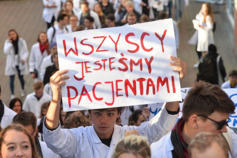 Pikieta z 2017 roku studentów Gdańskiego Uniwersytetu Medycznego popierająca postulaty warszawskich lekarzy rezydentów. /Łukasz Dejnarowicz /Agencja FORUM
