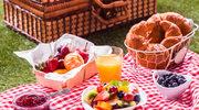 Piknikowa kuchnia. Kanapki z polędwiczki, kiełbaski w cieście chlebowym