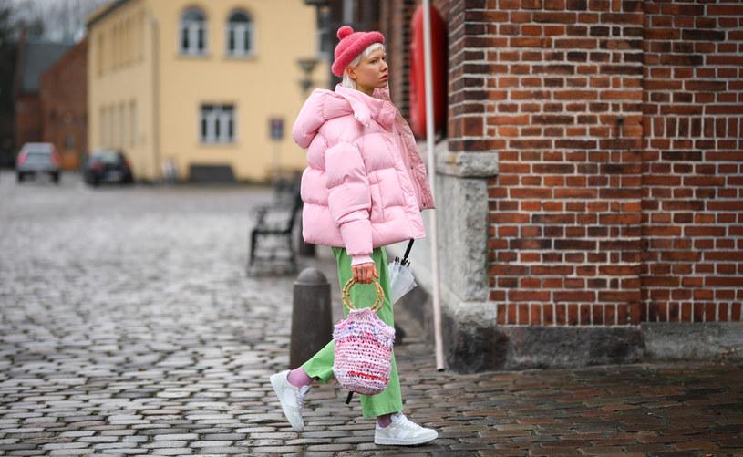 Pikowane kurtki kochają zabawę formą. W pochmurny dzień nie bójmy się pastelowych kolorów. One rozświetlają twarz i odejmują lat /Getty Images