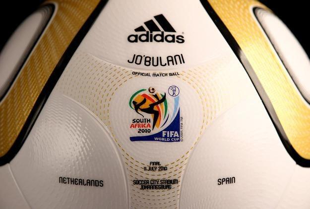 Piłką Jabulani wywołała sporo kontrowersji przy okazji mistrzostw świata w RPA w 2010 roku. /AFP