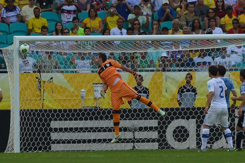 Piłka odbija się od słupka, a za chwilę trafi Fernando Muslerę i wpadnie do bramki Urugwaju /AFP