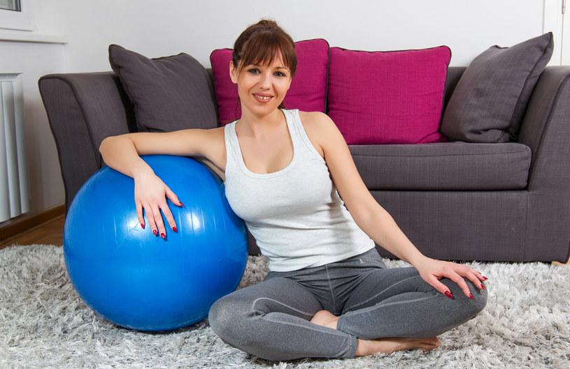 Piłka rehabilitacyjna nadaje się do ćwiczeń wzmacniających mięśnie kręgosłupa. Może też zastąpić fotel w domu /123RF/PICSEL