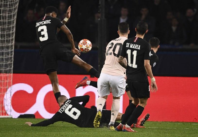 Piłka trafia w rękę Presnela Kimpembe /AFP