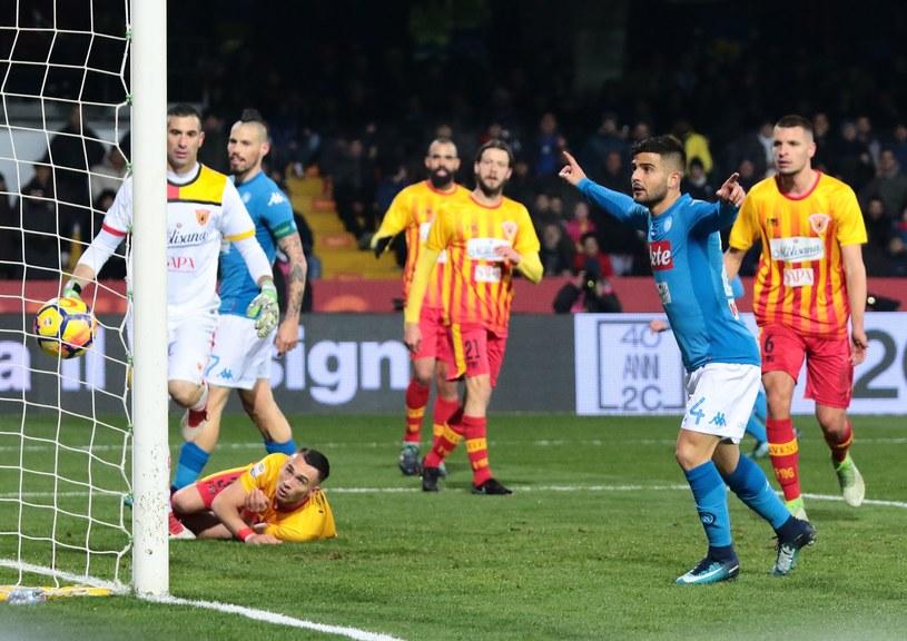 Piłka w bramce Benevento. Z gola Driesa Mertensa cieszy się Lorenzo Insigne /AFP