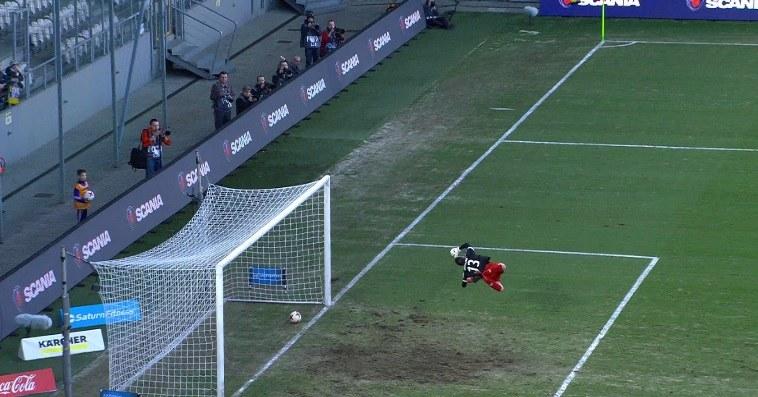 Piłka w bramce po strzale Marcina Budzińskiego w meczu z Arką Gdynia /INTERIA.PL