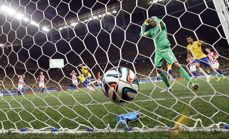 Piłka w siatce po rzucie karnym wykonanym przez Neymara /TOLGA BOZOGLU /PAP/EPA