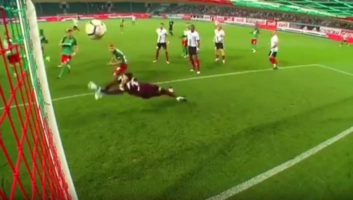 Piłka wpada do bramki Lokomotiwu Moskwa; źródło: youtube.com /