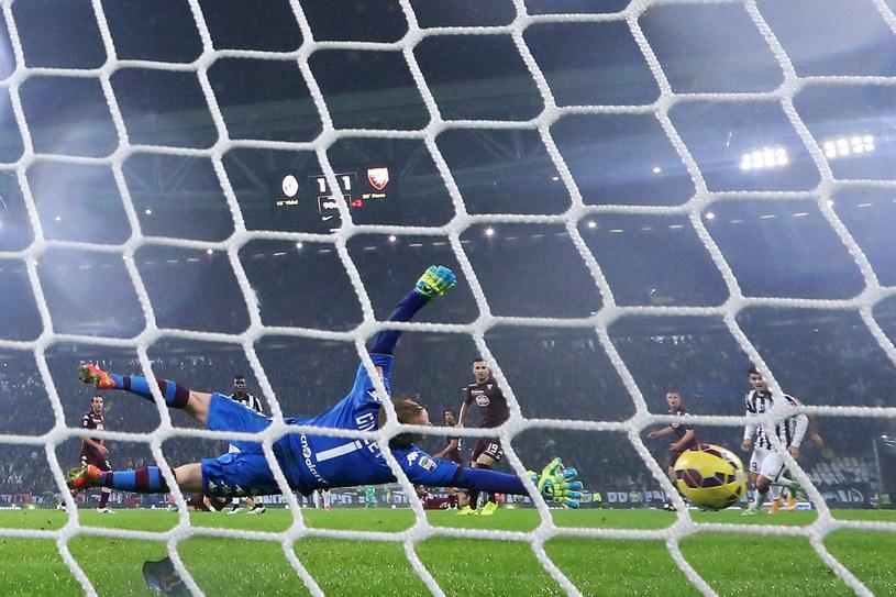 Piłka wpada do bramki Torino po strzale Andrei Pirlo /AFP