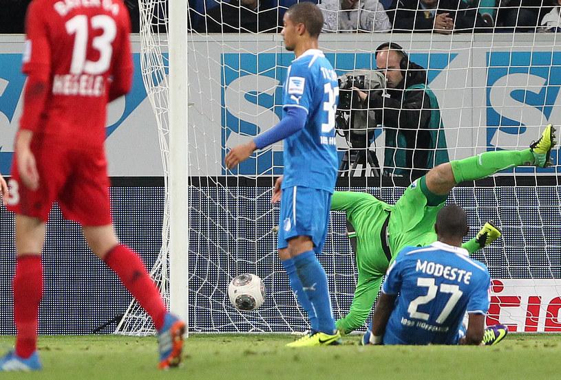 Piłka wpadła do bramki, ale przez dziurę w siatce /AFP