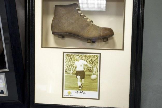 Piłkarski but Stanleya Matthewsa i jego zdjęcie z podpisem /AFP