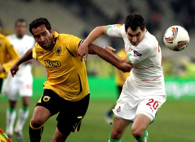 Piłkarz AEK Ateny Roger Guerreiro (z lewej) /AFP