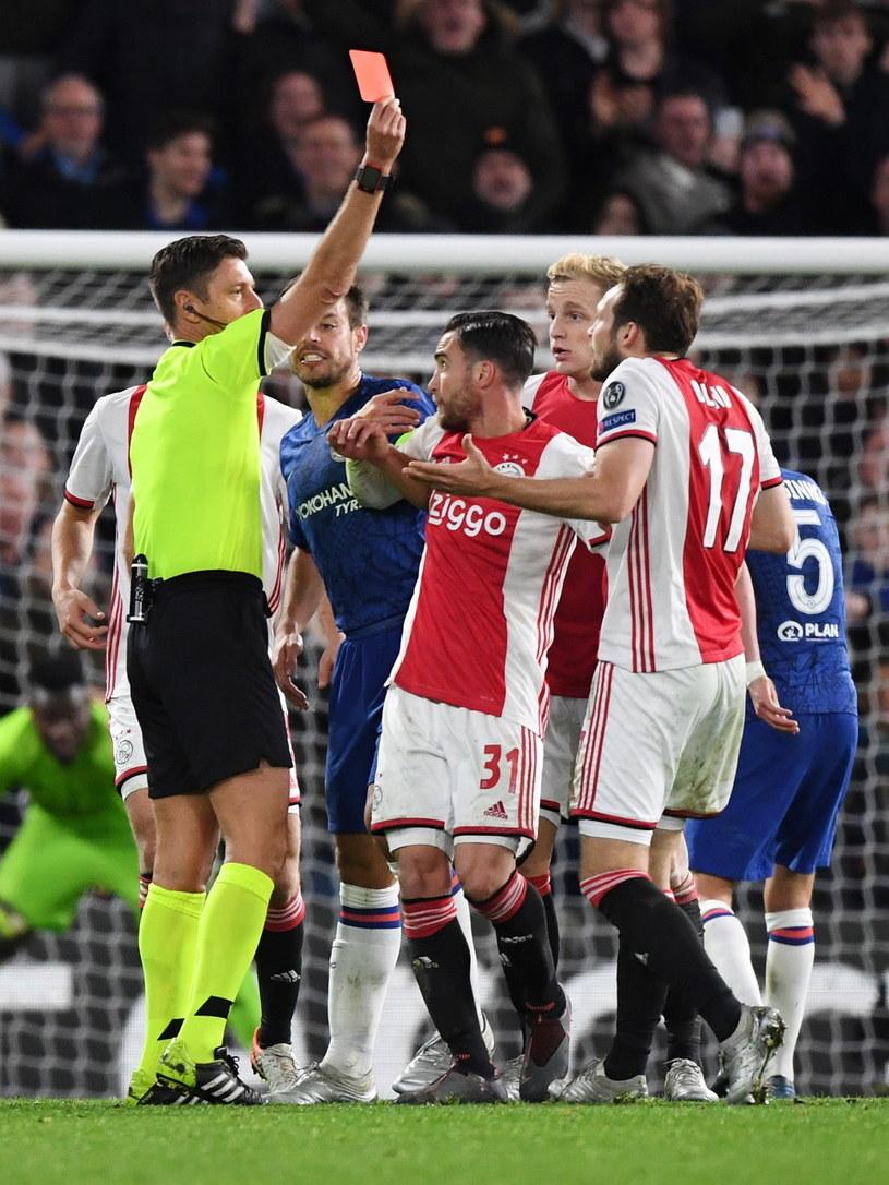 Piłkarz Ajaksu Amsterdam Daley Blind (z prawej) ogląda czerwoną kartkę /PAP/EPA