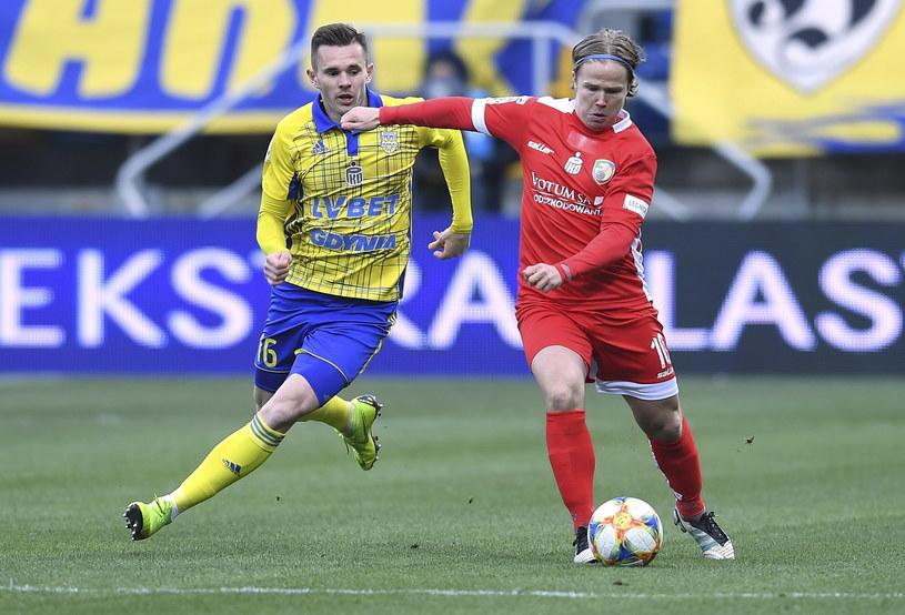 Piłkarz Arki Gdynia Adam Deja (L) i Petteri Forsell (P) z Miedzi Legnica / Adam Warżawa    /PAP