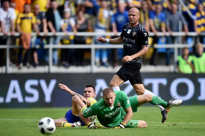 Piłkarz Arki Gdynia Aleksandyr Kolew (L) oraz Dawid Kudła (C) i Piotr Polczak (P) z Zagłębia Sosnowiec /Marcin Gadomski /PAP