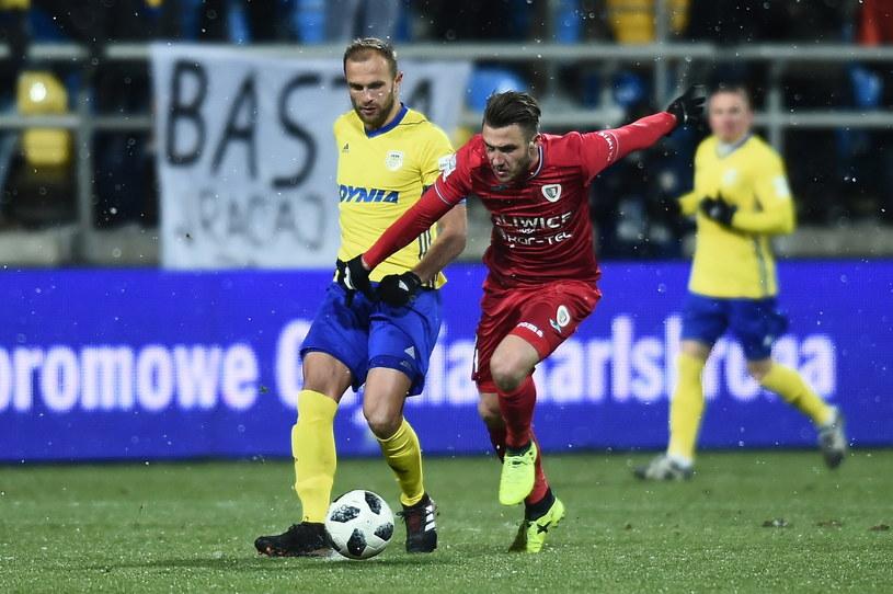 Piłkarz Arki Gdynia Antoni Łukasiewicz (L) i Mateusz Szczepaniak (P) z Piasta Gliwice /Jan Dzban /PAP