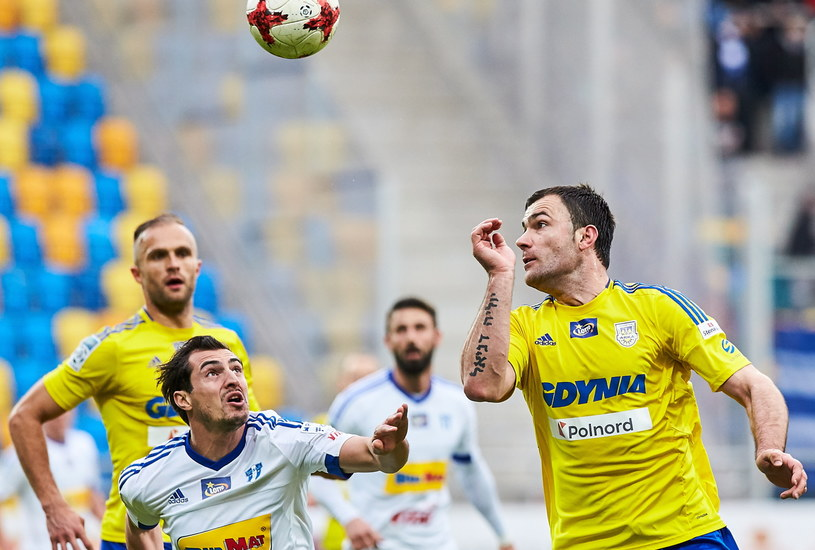 Piłkarz Arki Gdynia Krzysztof Sobieraj (P) i Giorgi Merebaszwili (L) z Wisły Płock /Jan Dzban /PAP