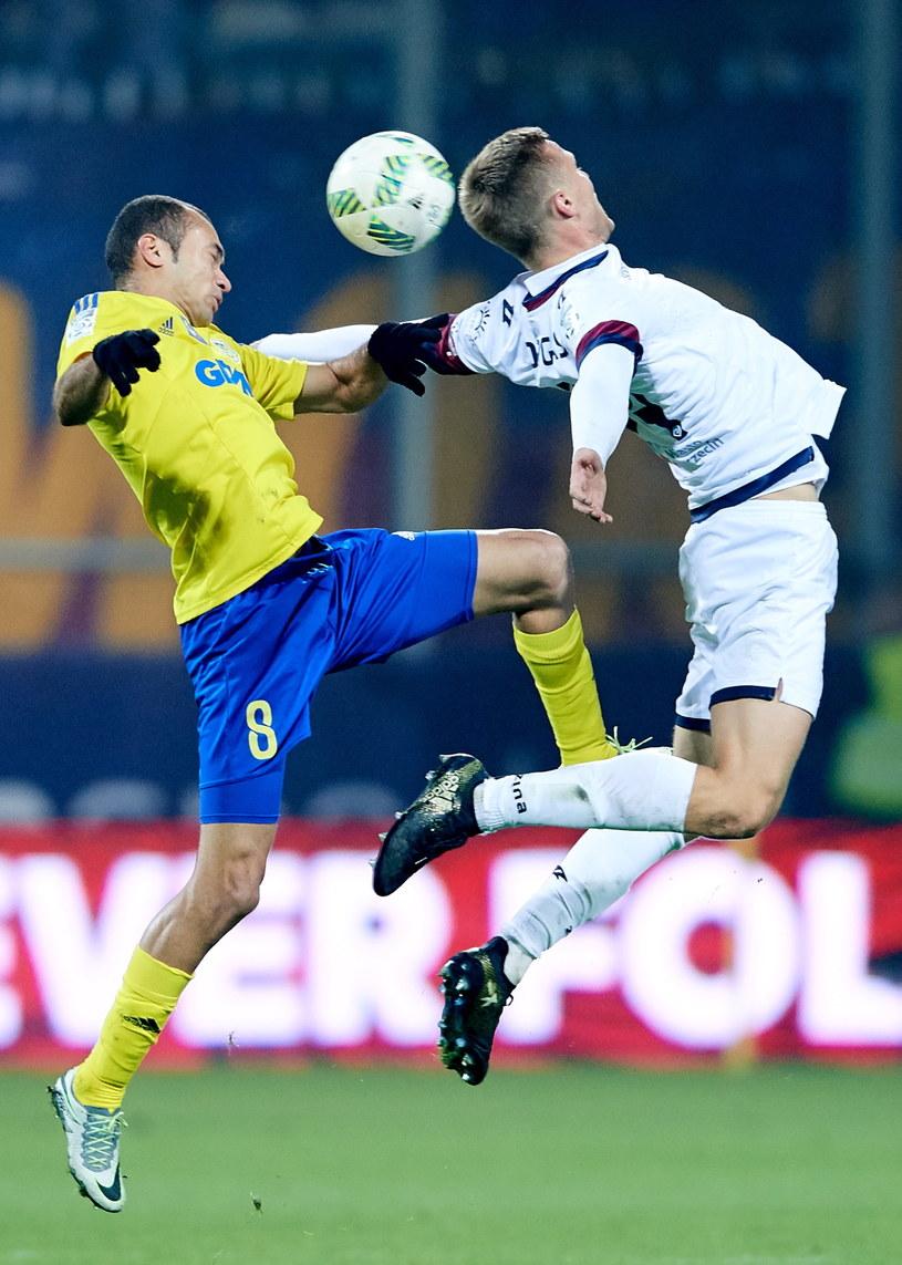 Piłkarz Arki Gdynia Marcus Vinicius (L) i Kamil Drygas (P) z Pogoni Szczecin /Adam Warżawa /PAP