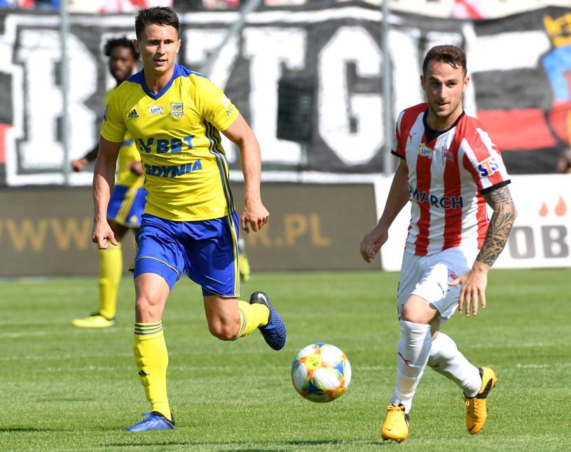 Piłkarz Arki Maciej Jankowski (z lewej) podczas meczu z Cracovią / Jacek Bednarczyk    /PAP