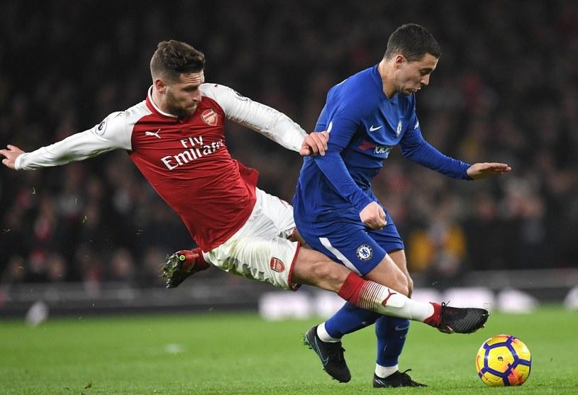 Piłkarz Arsenalu Shkodran Mustafi (z lewej) i as Chelsea Eden Hazard /PAP/EPA