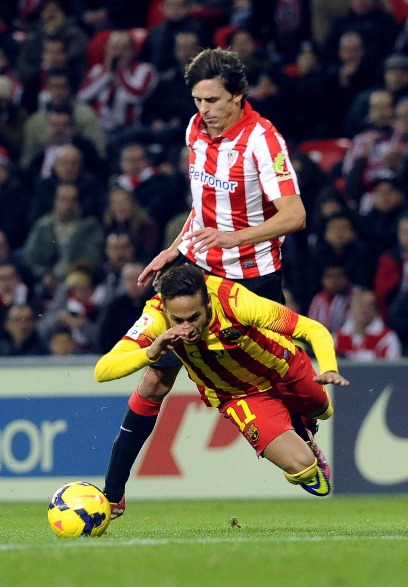 Piłkarz Athletic Bilbao Ander Iturraspe powinien zostać ukarany czerwoną kartką za faul na Neymarze /AFP