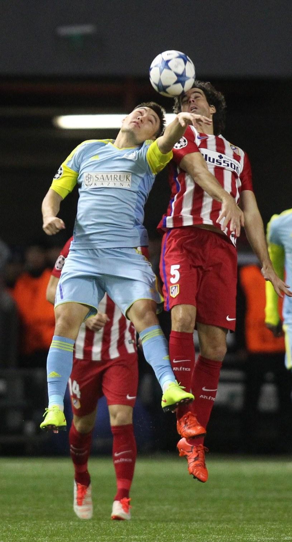 Piłkarz Atletico Madryt Tiago (z prawej) w walce o piłkę z Serikżanem Mużikowem /PAP/EPA