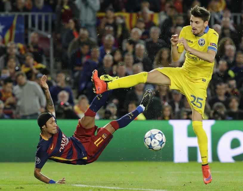 Piłkarz Barcelony Neymar (z lewej) /AFP