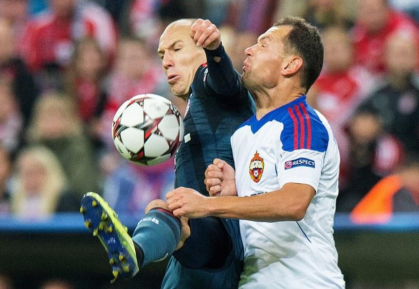 Piłkarz Bayernu Arjen Robben (z lewej) w walce o piłkę z Siergiejem Ignaszewiczem z CSKA /PAP/EPA