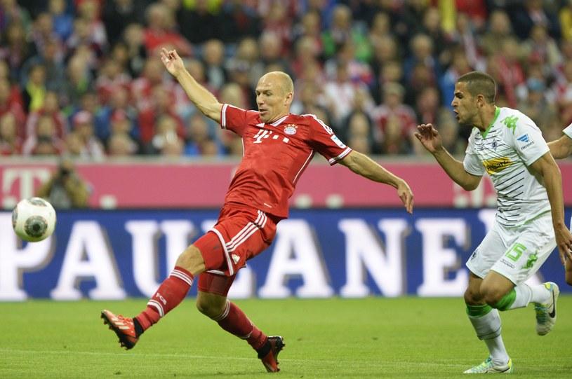 Piłkarz Bayernu Monachium Arjen Robben strzela pierwszego gola w meczu z Borussią Moenchengladbach /AFP