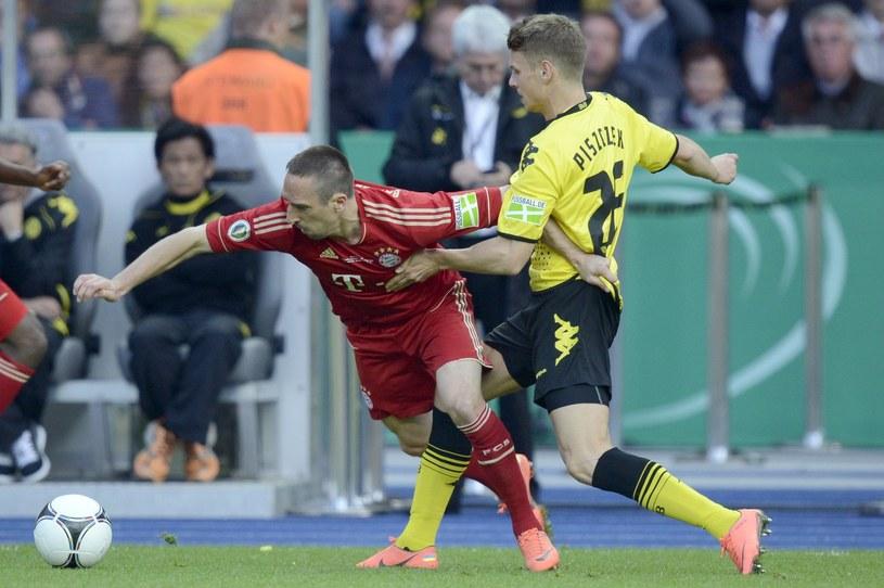 Piłkarz Bayernu Monachium Franck Ribery (z lewej) w starciu o piłkę z obrońca Borussii Łukaszem Piszczkiem /AFP