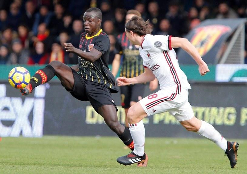Piłkarz Benevento Yussif Raman Chibsah (z lewej) w walce z graczem Milanu Riccardo Montolivo /PAP/EPA