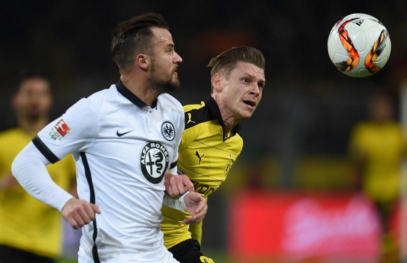 Piłkarz Borussii Dortmund Łukasz Piszczek (z prawej) w meczu z Eintrachtem Frankfurt /AFP