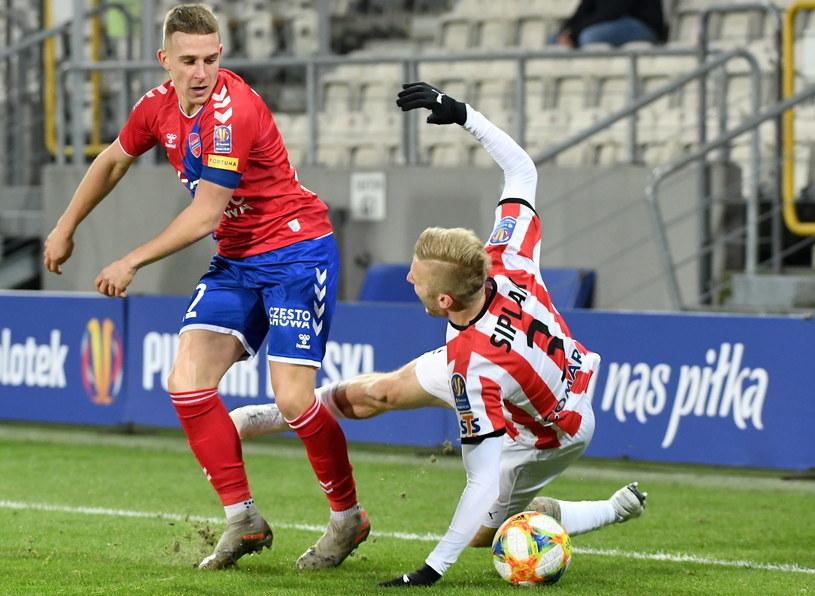 Piłkarz Cracovii Michal Siplak (P) i Michał Skóraś (L) z Rakowa Częstochowa /Jacek Bednarczyk   /PAP