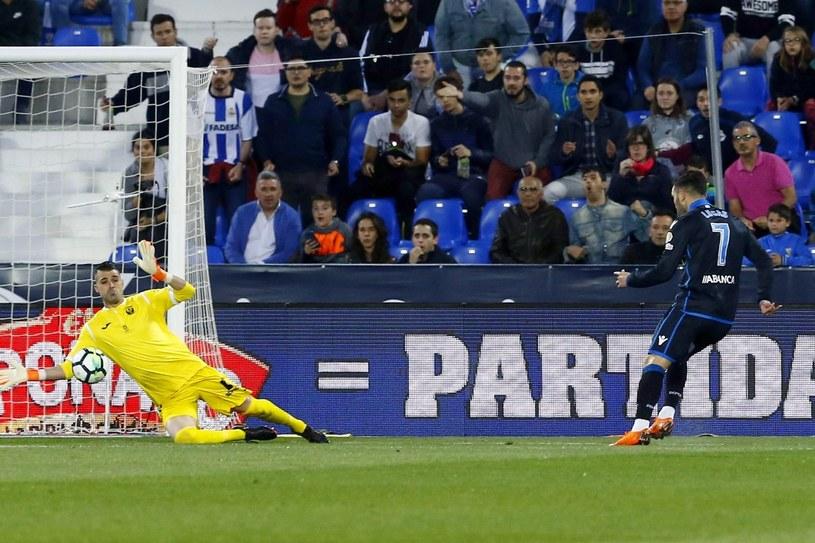 Piłkarz Deportivo La Coruna Lucas Perez strzela na bramkę Leganes bronioną przez 'Pichu' Cuellara /PAP/EPA