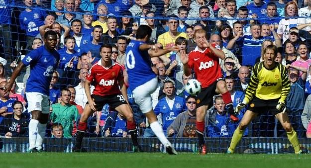 Piłkarz Evertonu Mikel Arteta strzela gola na 3-3 w meczu z Manchesterem United /AFP