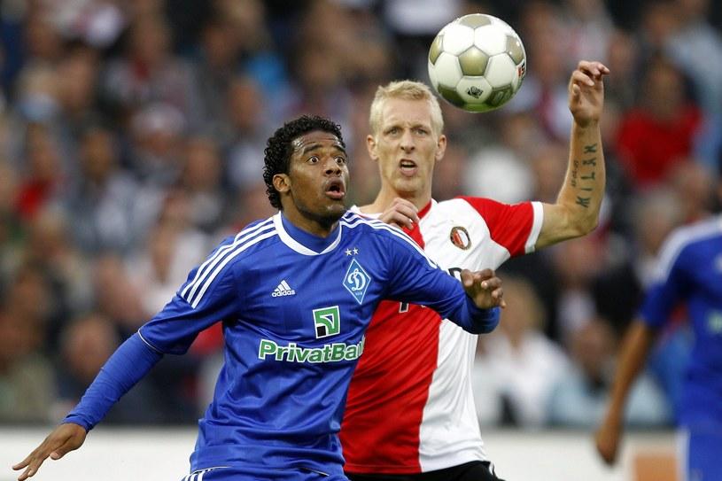 Piłkarz Feyenoordu Lex Immers (z prawej) walczy o piłkę z Betao z Dynama Kijów /PAP/EPA