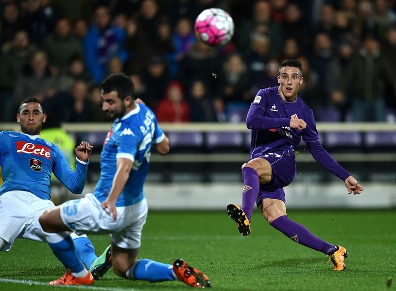 Piłkarz Fiorentiny Cristian Tello strzela na bramkę Napoli /AFP