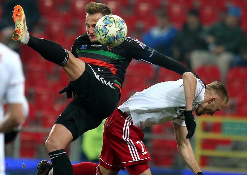 Piłkarz GKS Tychy Maciej Mańka (z lewej) i Jan Grzesik z ŁKS Łódź / Andrzej Grygiel    /PAP