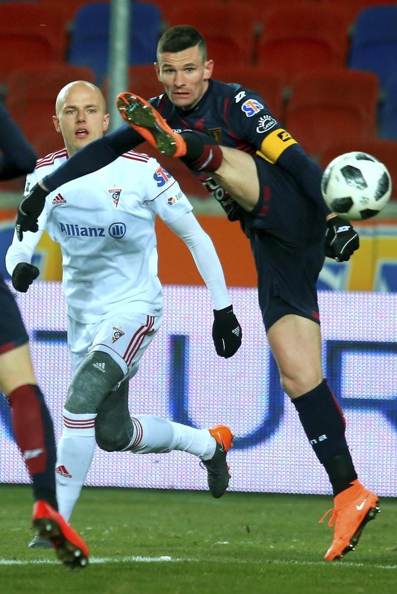 Piłkarz Górnika Zabrze Rafał Kurzawa (L) i Adam Frączczak (P) z Pogoni Szczecin / Andrzej Grygiel /PAP