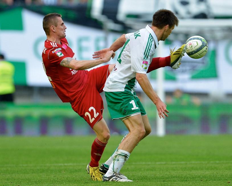 Piłkarz Górnika Zabrze Seweryn Gancarczyk (L) w pojedynku z Grzegorzem Rasiakiem (P) z Lechii Gdańsk /Adam Warżawa /PAP