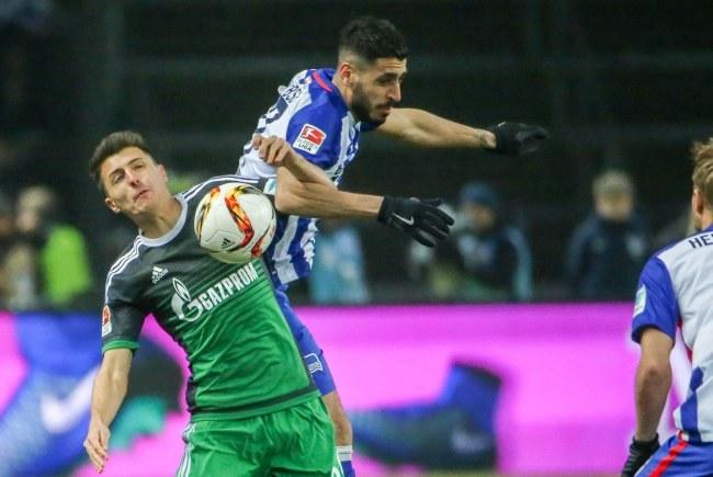 Piłkarz Herthy Berlin Tolga Cigerci (w środku) i gracz Schalke Allesandro Schoepf /PAP/EPA