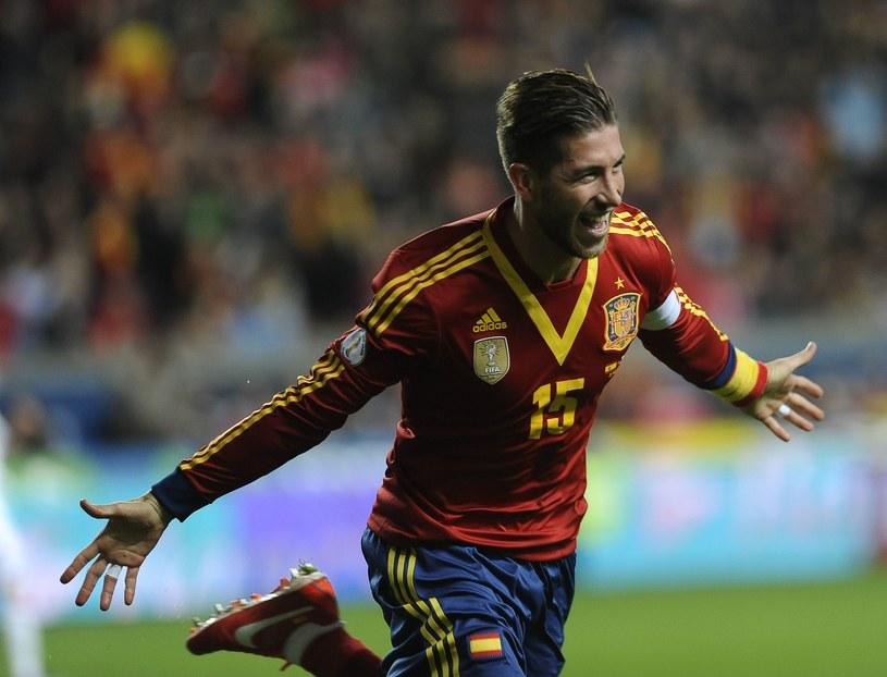 Piłkarz Hiszpanii Sergio Ramos cieszy się z gola w meczu z Finlandią /AFP